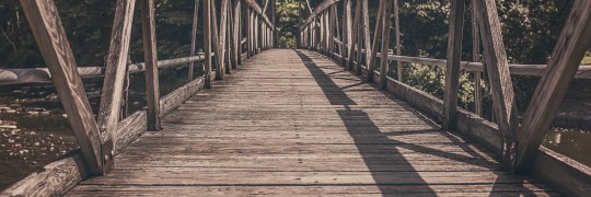 footbridge-413682_1920